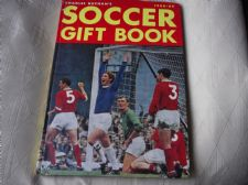 VINTAGE COLLECTABLE CHARLES BUCHAN'S SOCCER GIFT BOOK 1968-1969